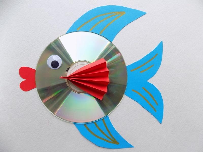 Как сделать рыбку из диска и цветной бумаги