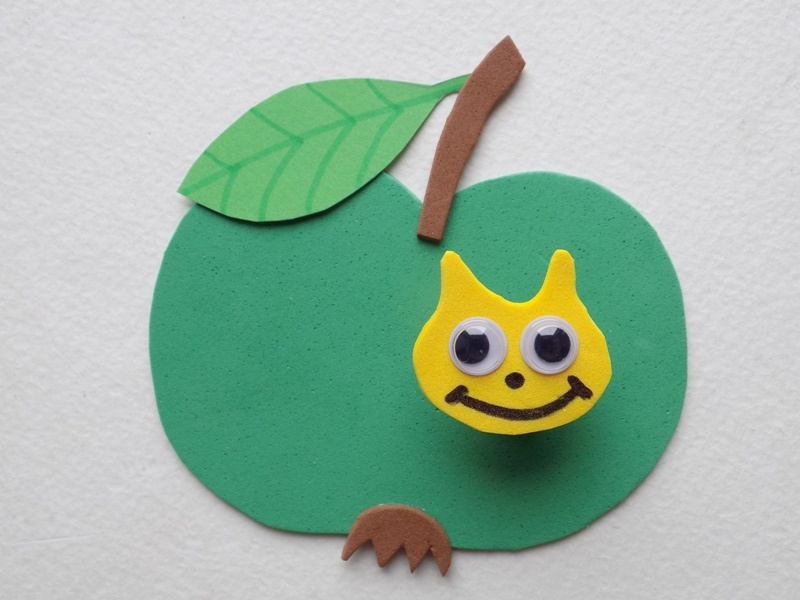 Как сделать гусеницу на яблоке из фоамирана и бумаги