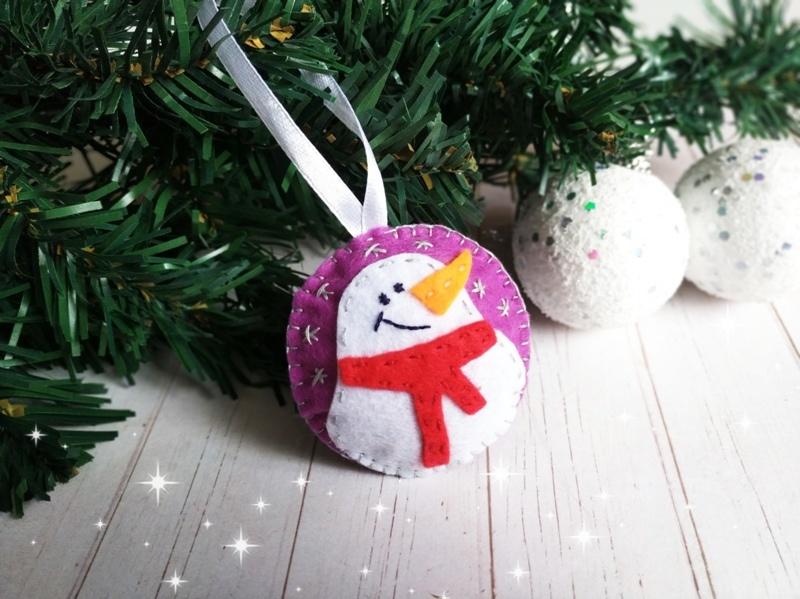 Новогодняя ёлочная игрушка из фетра Снеговик