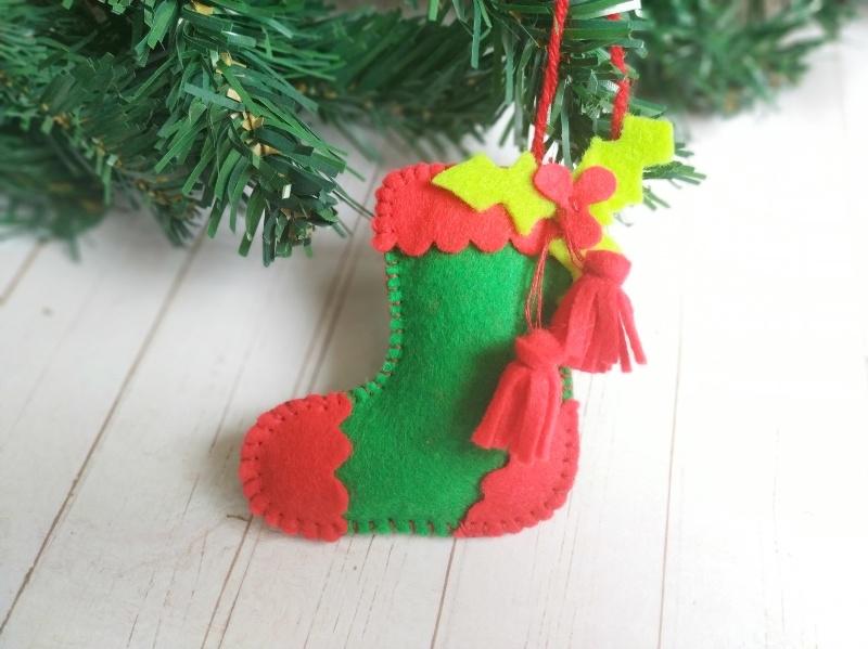 Новогодняя ёлочная игрушка из фетра Сапожок