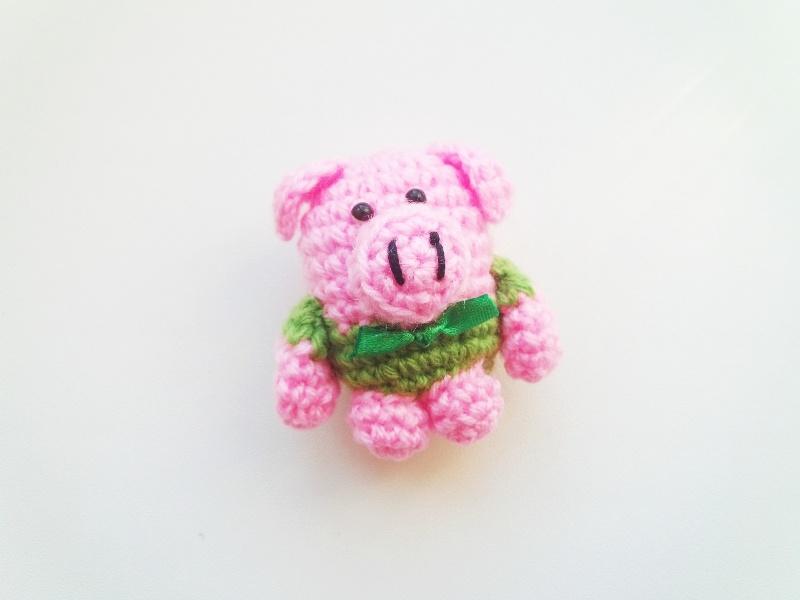 Как связать крючком игрушку «Поросенок в свитере»
