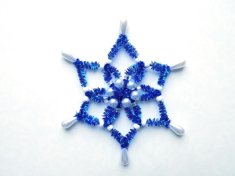 Как сделать снежинку из бусин и синельной проволоки
