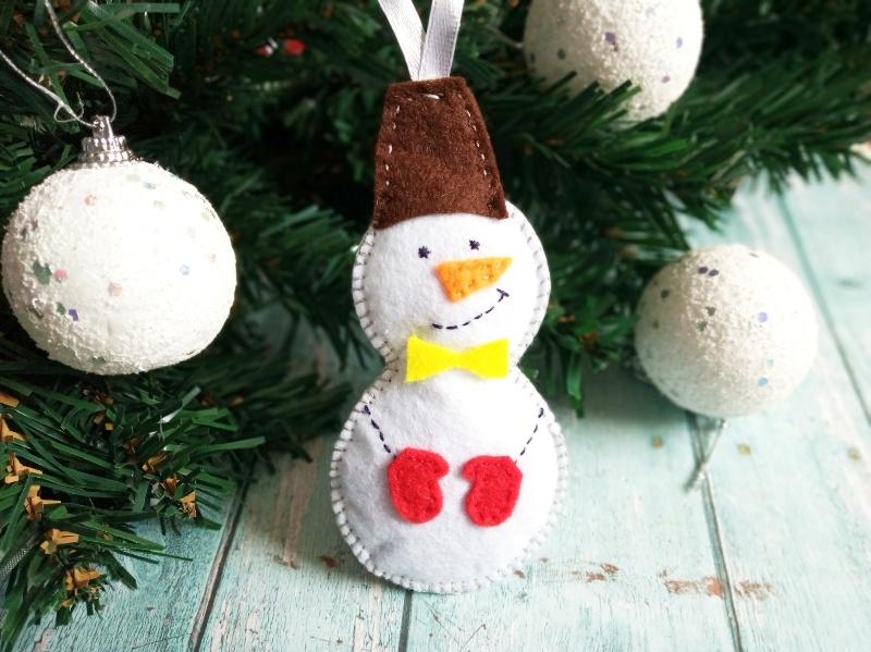 Как сшить новогоднюю игрушку из фетра Снеговик