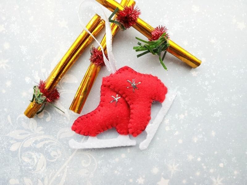 Как сшить новогоднюю игрушку из фетра «Коньки»