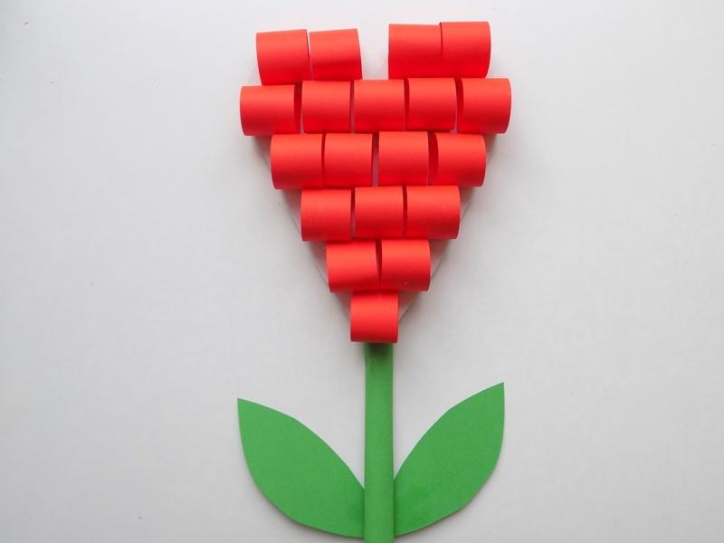 Простые поделки с детьми. Цветок в виде сердечка из бумаги и картона