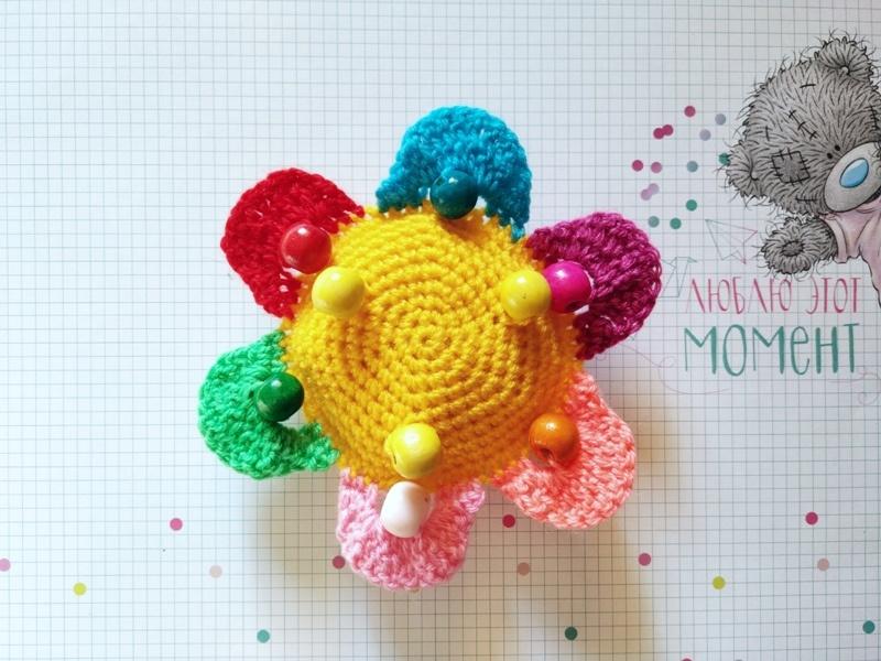 Как связать крючком развивающую игрушку Цветок с бусинками