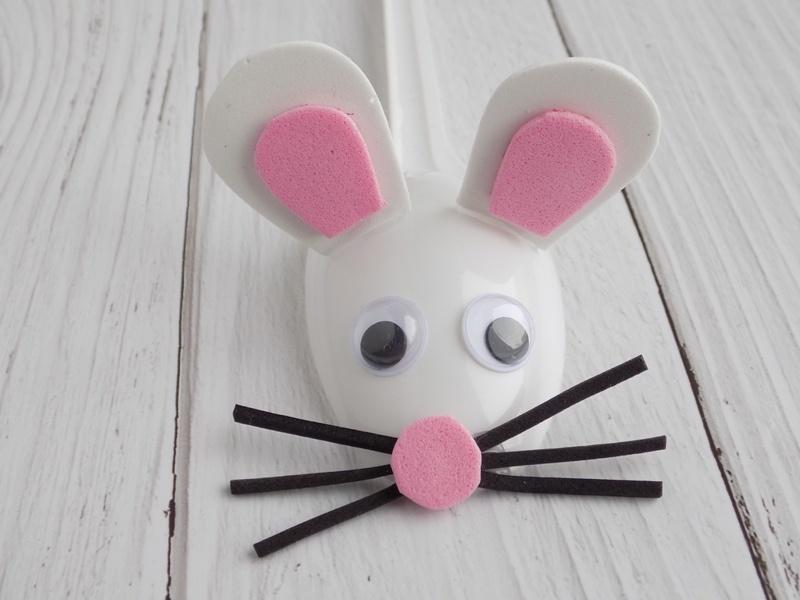 Простые поделки с детьми. Мышка из пластмассовой ложки и фоамирана