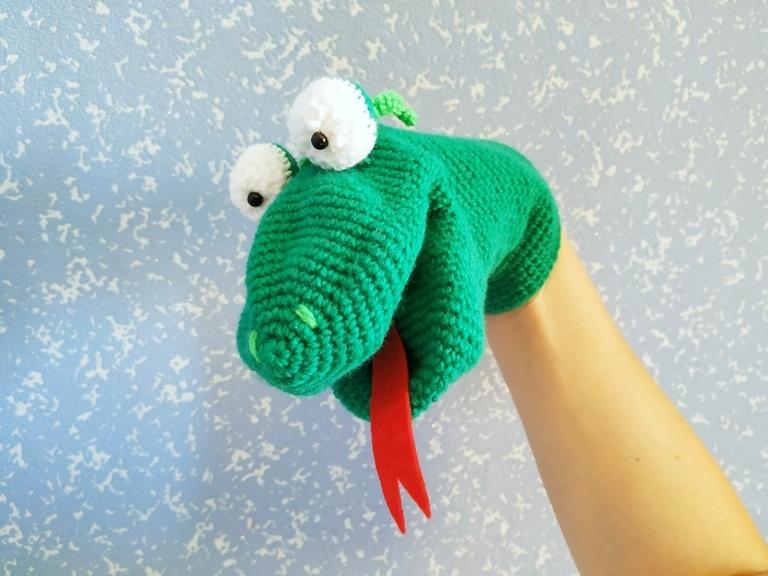 Как связать крючком игрушку-перчатку Змей