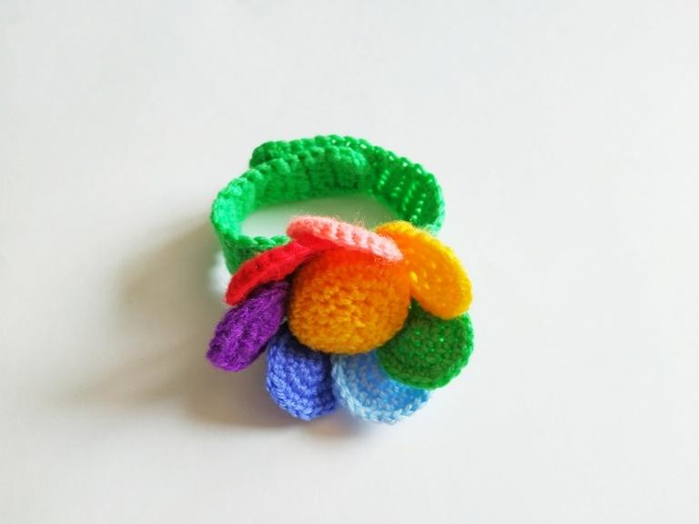 Как связать крючком браслет-погремушку Цветок