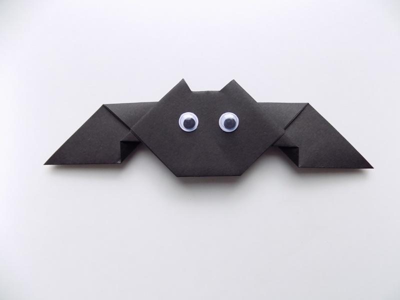 Поделки на Хэллоуин. Летучая мышь из бумаги