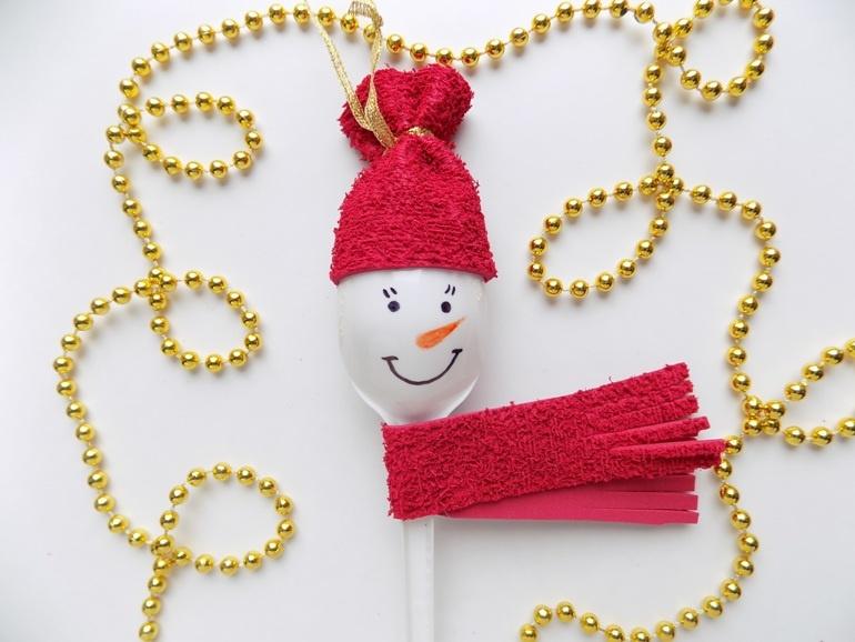 Как сделать забавного снеговика из пластмассовой ложки