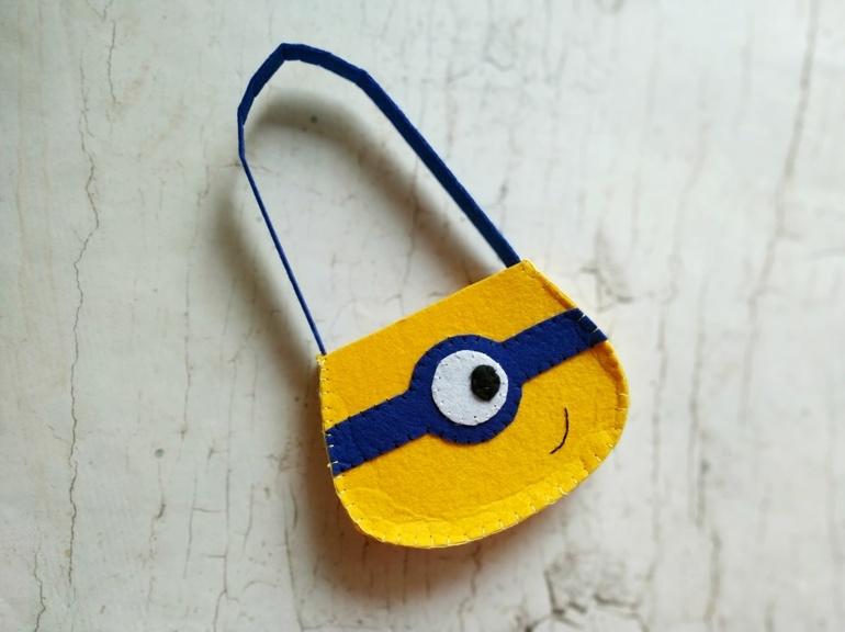 Как сшить детскую сумку из фетра в виде миньона