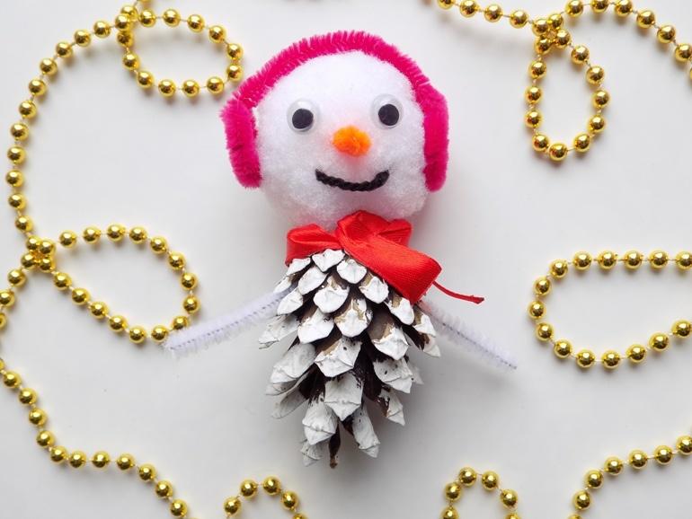 Как сделать снеговика из шишки