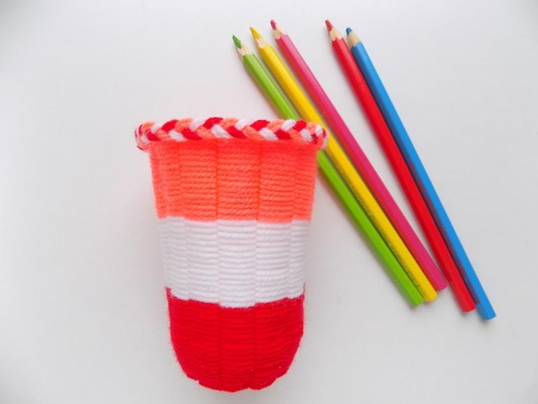 Как сделать подставку под карандаши из пластикового стаканчика и ниток