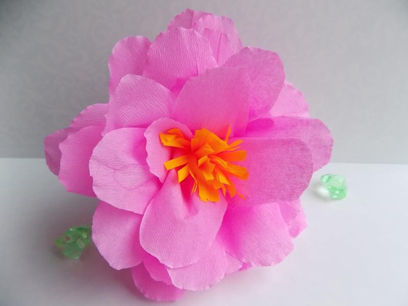 Как сделать крупный цветок из крепированной бумаги