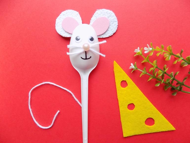 Как сделать мышку из пластмассовой ложки