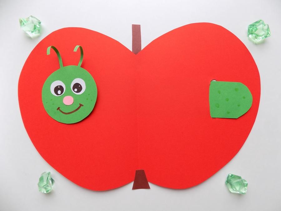 Простые поделки с детьми. Яблоко с подвижной гусеницей из бумаги