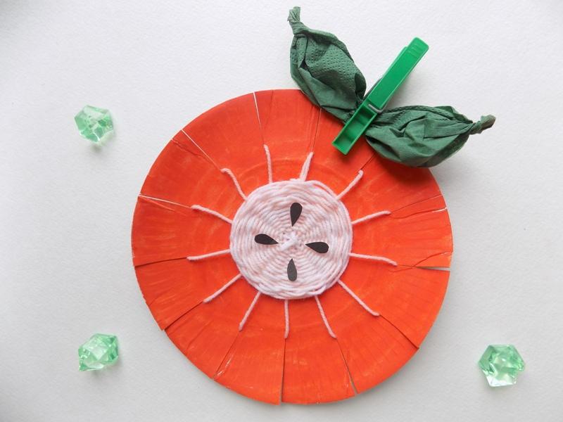 Простые поделки с детьми. Яблоко из бумажной тарелки и ниток